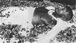 ১৯৪৮ সালের ৩০শে জানুয়ারি নাথুরাম গডসে মহাত্মা গান্ধীকে গুলি করেন।