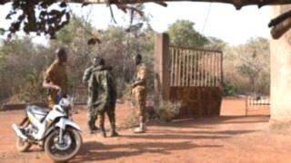 Ils ont été trouvé la mort dans une embuscade lundi matin à Baraboulé dans le nord du pays selon la police nationale.