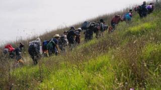 """أمر الرئيس الأمريكي بنشر جنود على الحدود لمواجهة ما وصفه بـ""""غزو"""" مهاجرين قادمين من دول أمريكا اللاتينية"""