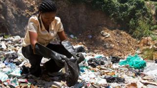 Hope Mwanyuma, akikusanya taka mji wa kale Mombasa Februari 5, 2013. AFP/Getty Images