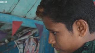 En Inde, une jeune fille est obligée de changer d'apparence pour exercer le métier de barbier et tondre la barbe de ses clients.