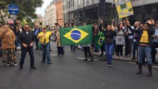 Apoiadores de Jair Bolsonaro em frente à Embaixada do Brasil em Londres, onde a espera na fila para votar chegou a quase 3 horas