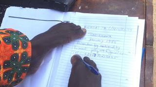 Jean Twagirimana yavukanye ubumuga bwatumye amaboko ye ntacyo yamumarira