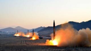 Cuatro misiles balísticos de Corea del Norte, a punto de ser lanzados.