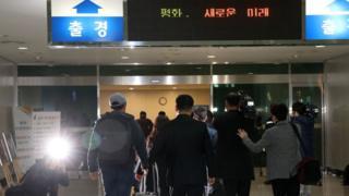 (사진) 남측 남북공동연락사무소 직원들이 25일 오전 경기 파주 남북출입사무소를 통해 개성으로 출경하고 있다