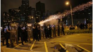 警方在深夜開始清場。