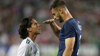 Matt Miazga se burla de la estatura de Diego Lainez en el amistoso entre Estados Unidos y México.