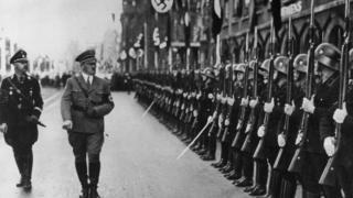 Himmler e Hitler inspecionam soldados da SS
