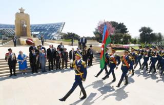 Prezident İlham Əliyevin qarşısından fəxri qarovul dəstəsi keçir.
