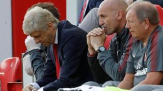 Ian Wright avuga ko Wenger akwiye gukura meza muri Arsenal