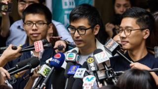 (左至右)黃之鋒、周永康、羅冠聰在香港終審法院外回答記者問題(7/11/2017)