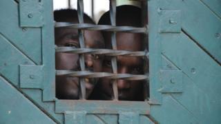 La prison de Mombasa, construite pour 800 places, héberge plus de 2800 détenus.