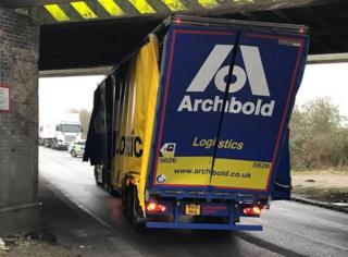 Lorry stuck under A5 in Hinckley