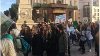 Пар стотина младих и ученика протестовало је у Београду