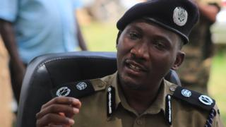 Bw Felix Kaweesi akihutubia wanahabari mjini Kasese 30 Novemba, 2016