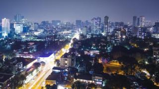 مدينة مومباي ليلا تضيئها الكهرباء