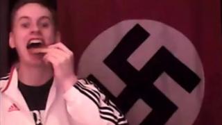 Zack Davies o flaen banner Nazi