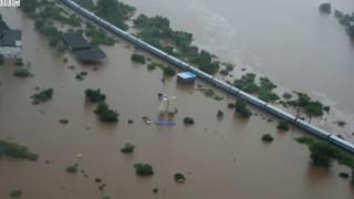 बाढ़ में फंसी ट्रेन