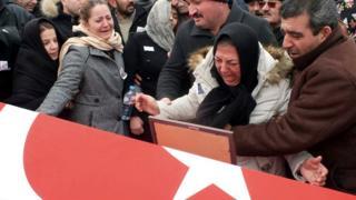 صورة أقارب مدنيين قتلوا في تفجيرات شنها مسلحو تنظيم الدولة