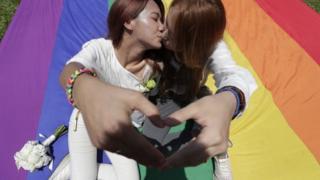 duas mulheres se beijam no Taiwan em 24 de maio de 2019.