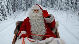 شخص يرتدي ملابس سانتا كلوز