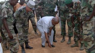 Djibo Ka, entouré de militaires français et de soldats de l'environnement le 12 novembre 2009 à Labgar
