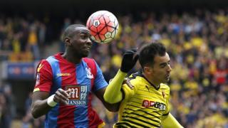 Yannick Bolasie wa Crystal Palace (i bubamfu), ahiganirwa umupira na Jose Jurado (i buryo) wa Watford mu rukino rw'ica Kabiri ca FA Cup ku kibuga ca Wembley