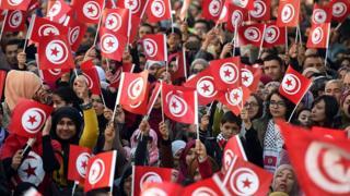 Des manifestants célébrant l'anniversaire de la révolution le 16 janvier 2016 sur l'avenue Bourguiba à Tunis (illustration)