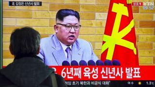 Un televisor con Kim Jong-un en pantalla