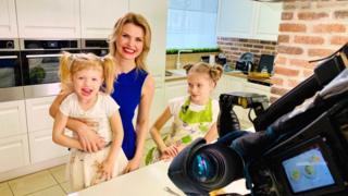 Tatyana Borodkina com suas duas filhas