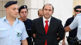 Image shows police escorting Australia's crime boss Tony Mokbel