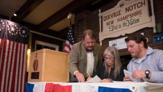 Testemunhas eleitorais contam os votos em Dixville Notch