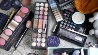 Maquiagens espalhadas em mesa no CDP de Pinheiros 2