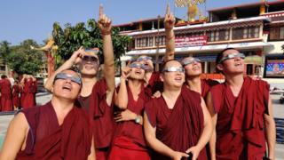 Тибетские монахи в ИНдии тоже смотрели в небеса