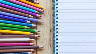 Цветные карандаши и блокнот