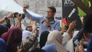 Calon wakil presiden nomor urut 02 Sandiaga Salahuddin Uno (tengah) berswafoto bersama warga saat acara Ngopi Bareng Sandi di Surabaya, Jawa Timur, Kamis (27/9).