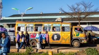 肯尼亚首都内罗毕(奈洛比)街上的小巴士matatus。