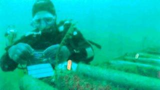 Reparación de un cable de internet submarino