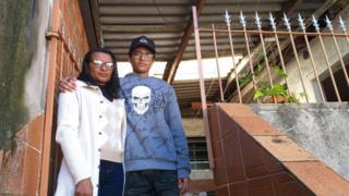 Fátima e o filho Lucas; desempregada há 11 meses, ela está se virando para pagar o aluguel de R$ 700 na periferia de São Paulo