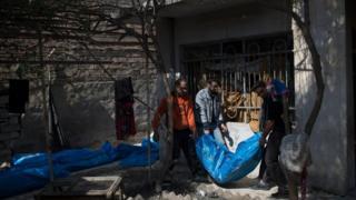 تقارير تفيد بأن نحو 50 جثة تم انتشالها من تحت الأنقاض في حي الموصل الجديدة