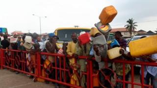Pipo dey queue for fuel