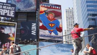 Animación de Trump vestido como Superman en Times Square en Nueva York