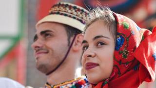 रोमानिया दिवस पर रोमानिया की युवक और युवती