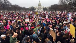 米連邦議会議事堂前に集まった人たち(21日、ワシントン)