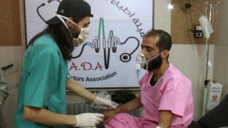 врач и пострадавший в Алеппо