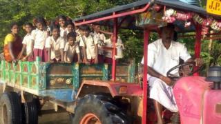 டிராக்டரில் பள்ளிக்கு செல்லும் மாணவர்கள்