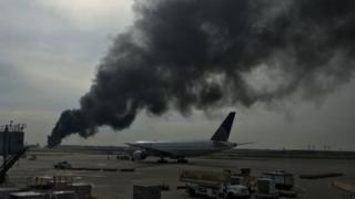 Дым от самолета в аэропорту Чикаго