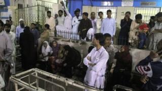 Hospital lleno de gente en Karachi.