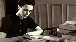 Eve Curie cuando escribía la biografía de su madre.