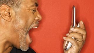 Homem gritando ao telefone